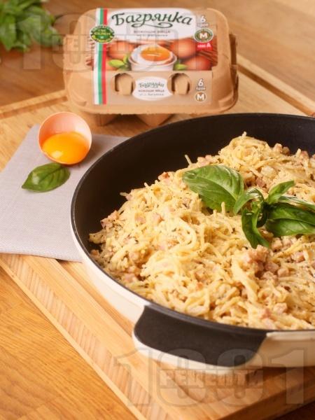 Спагети Карбонара - класическа оригинална рецепта с яйца Багрянка, бекон, сметана и пармезан - снимка на рецептата